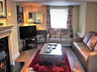 Great Town Location -Free private parking/fast wi-fi  ( sleeps 5)