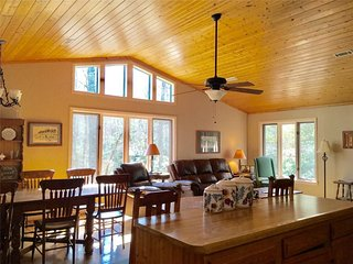 TreeTops on Potter- Screened porch-pet friendly