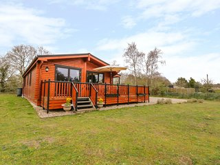 BRAMBLES, WiFi, Open-plan living, Enclosed decking, Garboldisham