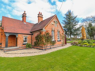 SOUTH LODGE, Woodburner, WiFi, Enclosed garden, Longford