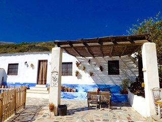 Casa Rural La Encina, con piscina privada a tres kilómetros de Lanjaron.