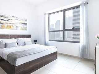 Light and Modern Studio in JLT! Sleeps 4!
