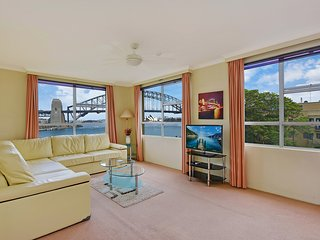 GREAT HARBOURFRONT APT DIRECT HARBOUR BRIDGE & OPERA HOUSE VIEWS WITH POOL