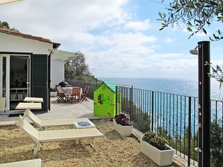 2 bedroom Villa with Air Con, WiFi and Walk to Beach & Shops - 5651273