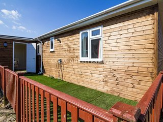 Dog friendly Lodge in Hunstanton by the beach sleeping 5. ref 13015
