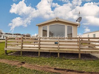 8 berth caravan for hire with decking with a part seaview in Suffolk ref 20087