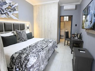 Queen Bedroom (Unit 2) - The Cascades Guest Lodge and Apartments