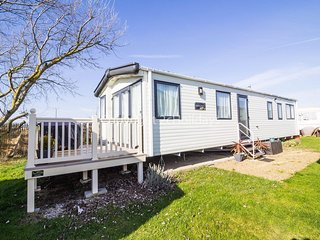6 berth dog friendly caravan for hire at Clacton-on-sea, Essex. ref 28077C