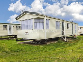 6 berth mobile home to hire in Clacton-on-sea, Essex holiday park. One pet ok.