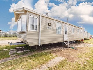 Large 8 berth caravan for hire at Seawick holiday park in Essex ref 27489S
