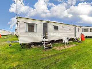 A great caravan for hire by the beautiful beach of Heacham in Norfolk ref 21047.