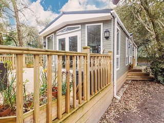 Pet friendly luxury lodge for hire in Suffolk by the beach ref 32003AS