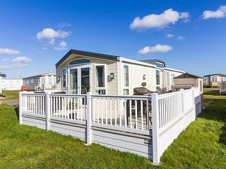 6 berth dog friendly luxury lodge in Suffolk with large decking ref 40126ND