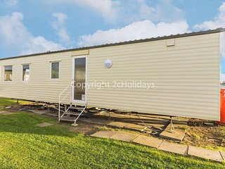Dog friendly 8 berth caravan for hire at California cliffs ref 50039E
