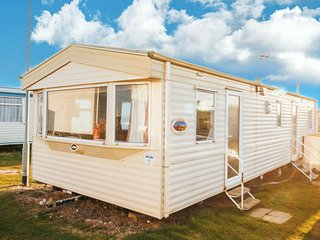 8 berth caravan close to beach at Kessingland holiday park Suffolk ref 90043SV