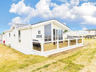 Luxury lodge with FULL sea view and amazing views at Hopton ref 80055