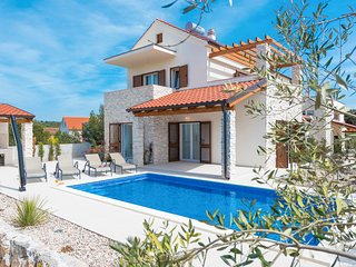 4 bedroom Villa with Pool, Air Con and WiFi - 5785213