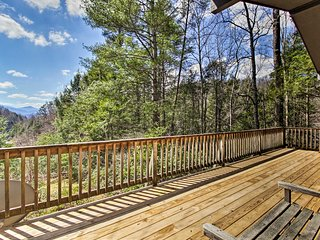 Secluded Mtn-View Cabin w/Deck-2 Mi to Gatlinburg!