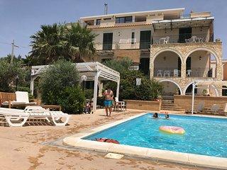 Appartamento in villa con piscina, giardino e parco giochi sul mare
