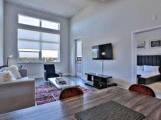 Huge Top-Floor Urban Flat w/High Ceilings & Views!
