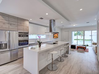 Modern bright spacious brand new Zen house steps from Miracle Mile
