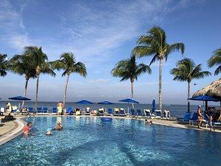Friends and Family 3BR Beach Villa, 3 Pools, Waterslides, Tiki Bar, Tennis