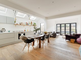 Stylish 2 Bed w/ Stunning Patio, 5 mins to Kensal Green