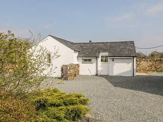 RHOS Y FOEL COTTAGE, WiFi, hot tub, near Nefyn