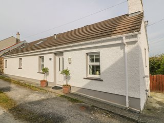 TYN Y GIAT, bungalow, decked area, two bedrooms, parking, in Brynsiencyn, Ref
