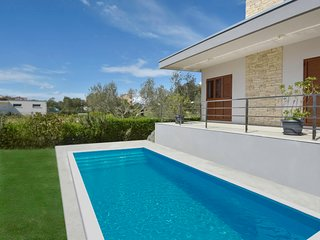 4 bedroom Villa with Air Con, WiFi and Walk to Beach & Shops - 5486104
