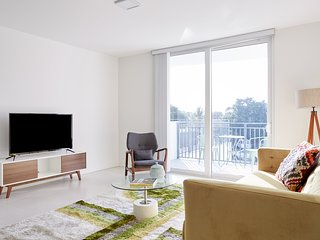 Sonder | Grove 27 | Lively 3BR + 2 Balconies