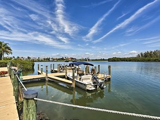 Beachfront Englewood Condo w/Comm Pool & Boat Slip