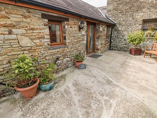 THE STALL, single-storey cottage, open plan living area, country views, near