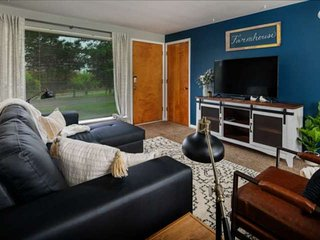 Newly Renovated Bungalow With Patio and Fireplace w/ Vineyard & Mtn Views, Minut