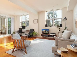 Large Bright Apt. in between Redfern & Darlington