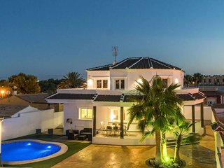 4 bedroom Villa with Pool, Air Con, WiFi and Walk to Shops - 5636215