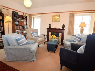 Tigh Na Mara cottage, shore front location, enclosed garden, pet friendly
