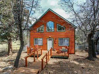 Imperial Getaway Relaxing 2BR Chalet / Hot Tub / Streaming TV / BBQ