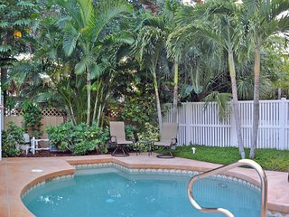 Village townhome w/ heated pool, walk to beaches