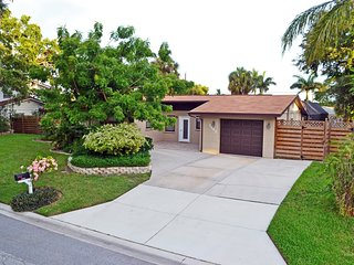 Bright home w/pool, minutes to beaches and grocer