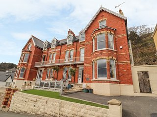 BEAULIEU HOUSE, pet-friendly, sea views in Llandudno