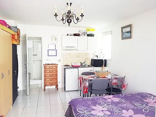 Studio neuf avec jardin,10 minutes a pieds plages, parking prive, barbecue ,Wifi
