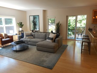 Three-level West Seattle/Lincoln Park Townhome w/garden, private patio