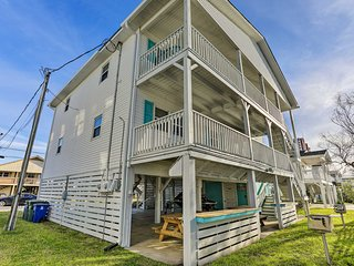 Myrtle Beach Townhome w/Views - Walk to Beach