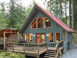 99MBR Woodsy Cabin w/ Hot Tub+WiFi