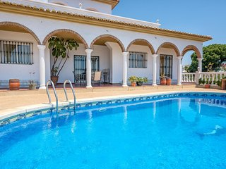Villa Solea- Elegant Modern 6BR Villa. Stunning sea views, 5 mins Walk to the