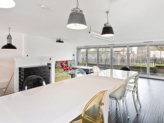 Vibrant 2-Bed Apt w/ Large Balcony in Shoreditch