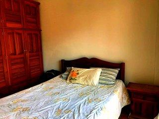 Apartamento de 3 quartos, ar, wi-fi, elevador a 400 m da orla de Cabo Frio