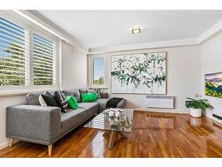 Oversized apartment close to city, parks, MCG
