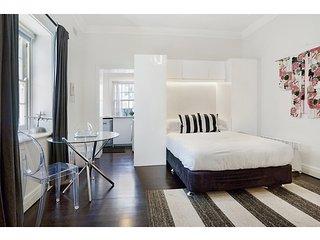 Unbeatably located Art Deco Surry Hills studio
